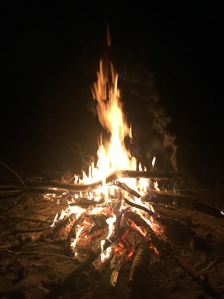wohl eines der grössten Feuer was wir auf der Tour gemacht hatten, trotz verbranntem Finger